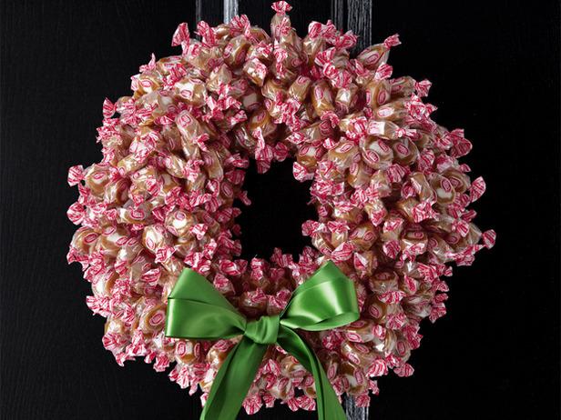 Новогодние венки своими руками фото из конфет